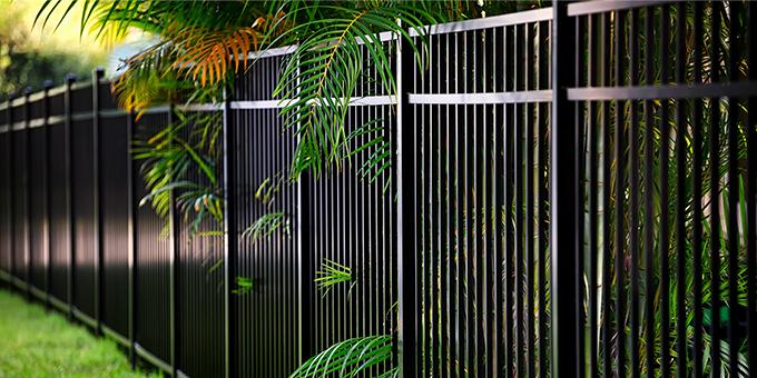 Ogrodzenia stalowe i aluminiowe – bezpieczeństwo i Twój własny design